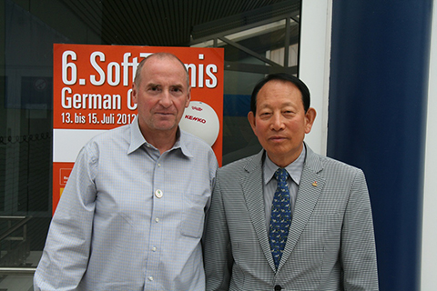 Uwe Biehl (1. Vorsitzender SoftTennis Deutschland e.V. mit Sang-Ha Park (Präsident International SoftTennis Association/ISTA)